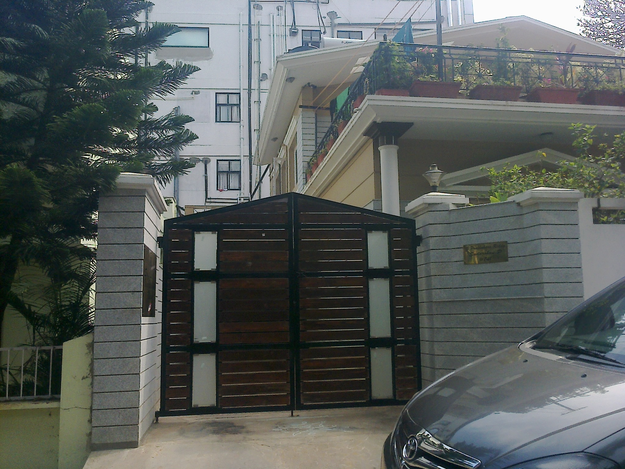 Front gate house trend house gates images trend iron for Front gate design